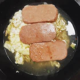 午餐肉 + 炒蛋公仔麵